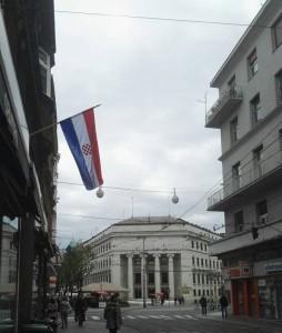 Izvješena hrvtska zastava iz prostorija NHR / Foto: Fenix (I.Lozo)