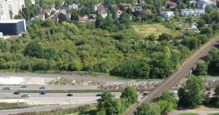 FRANKFURT: Policija je jučer zatvorila dvije autoceste u blizini grada – tisuće ljudi prosvjedovalo i u Mainzu, Wiesbadenu, Giessenu, Aschaffenburgu, Darmstadtu, Mannheimu…