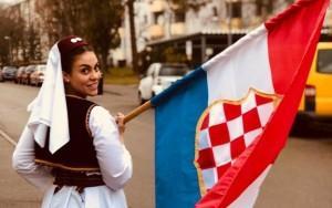 Zastava hrvatskog naroda u BiH u rukama Arabelle Primorac /Foto: Fenix (Privatni arhiv A.P:)