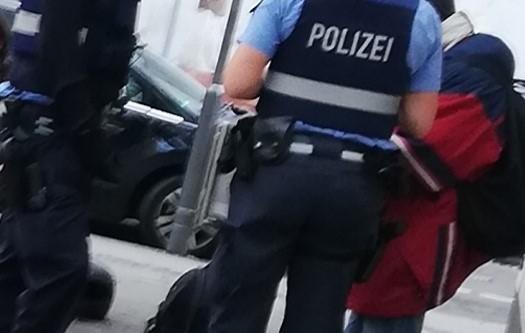 Policajac u čarapama trčao za 20-godišnjakom – policija priopćenjem objasnila cijelu situaciju