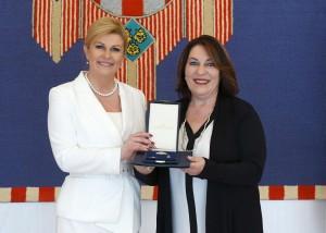 Kolinda Krabar Kitarović je u svom predsjedničkom mandatu Antonelli D'Antuono  dodijelila povelju i odlikovanje Reda Danice hrvatske s likom Marka Marulića/Foto: Fenix
