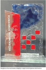 Staklena skulptura Večernjakove domovnice s fragmentima hrvatskog grba koju je napravila Dunja Cossetto