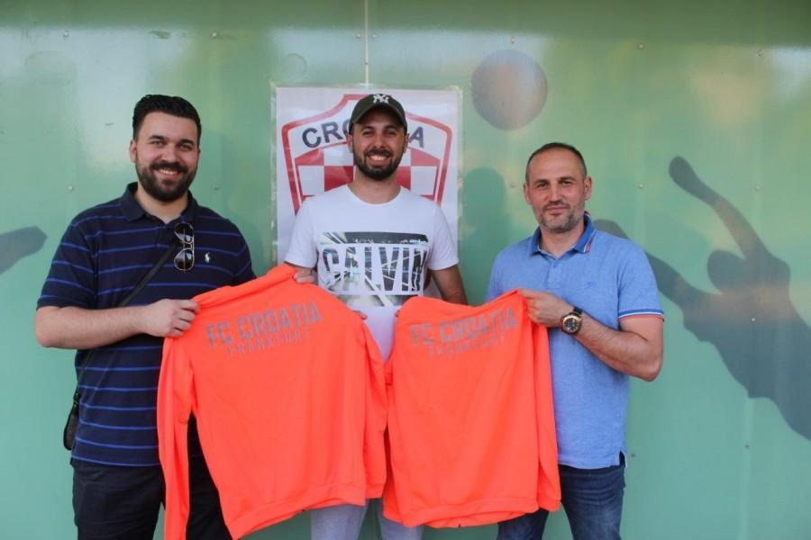 Treneri Croatije Frankfurt Josip Žeravica i Milan Pavličić sa kapetanom momčadi Petrom Bešlićem (u sredini) / Foto: Fenix