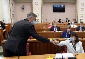 Zdravka Bušić (HDZ) čestita Miroslavu Škori na izboru za dopredsjednika Hrvatskog sabora / Foto: Hina