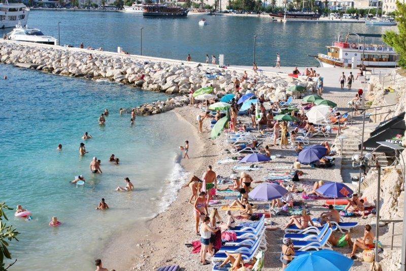 Turisti na plaži u Makarskoj / Foto: Hina