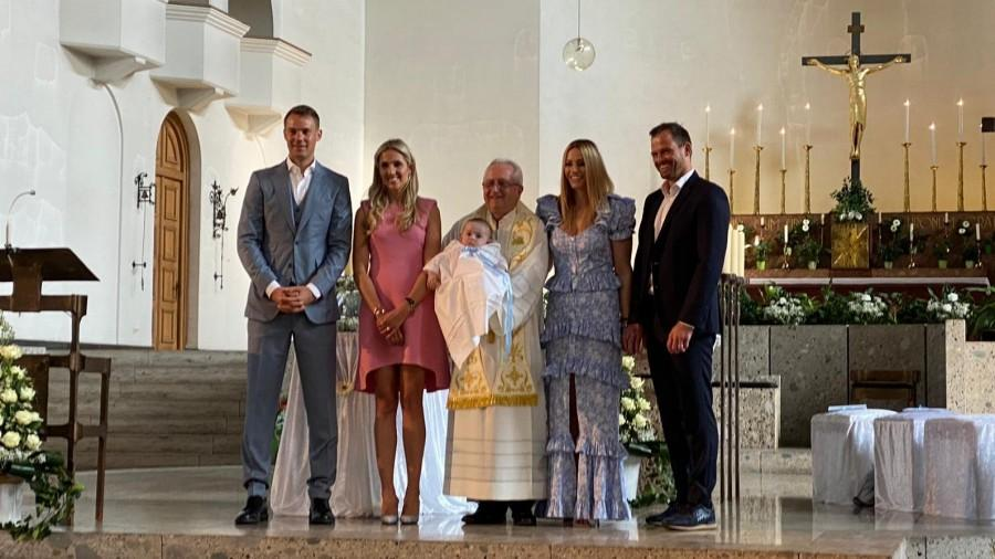 Fra Marinko Vukman sa prvokrštenikom Tinom Emanuelom te  roditeljima i kumovima / Foto: Fenix (M.V.)