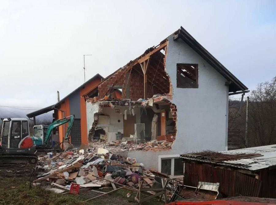 Kuća obitelji Radošević je toliko devastirana da se mora potpuno rušiti i sagraditi nova / Foto: Fenix (Diana Vukusic)