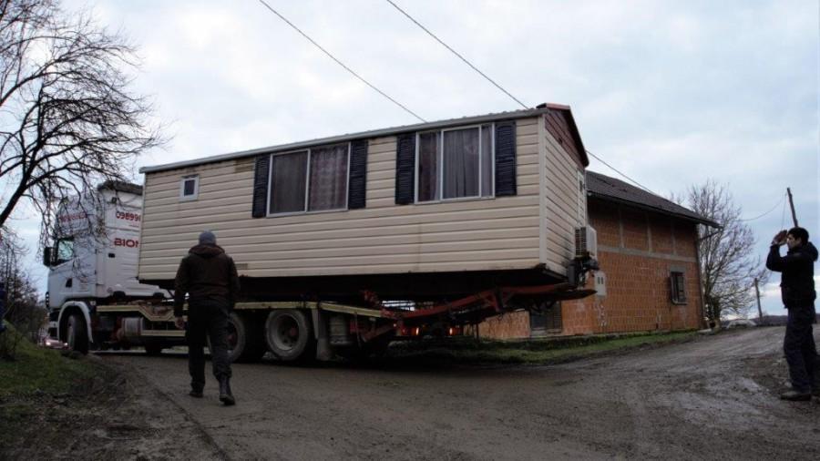 Kamp kućica stiže u selo Pecki / Foto: Hina
