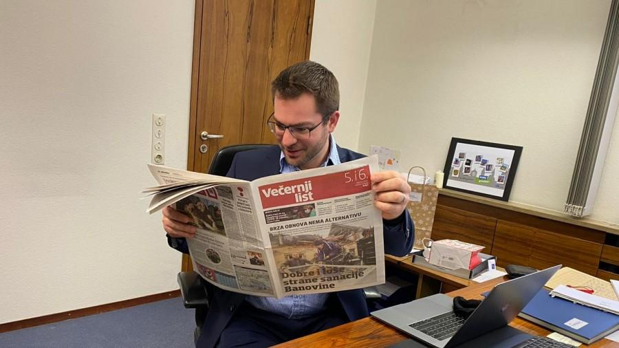 Sebastian Kurz čita prilog o pomoći iz Aichtala u Večernjem listu / Foto: Fenix