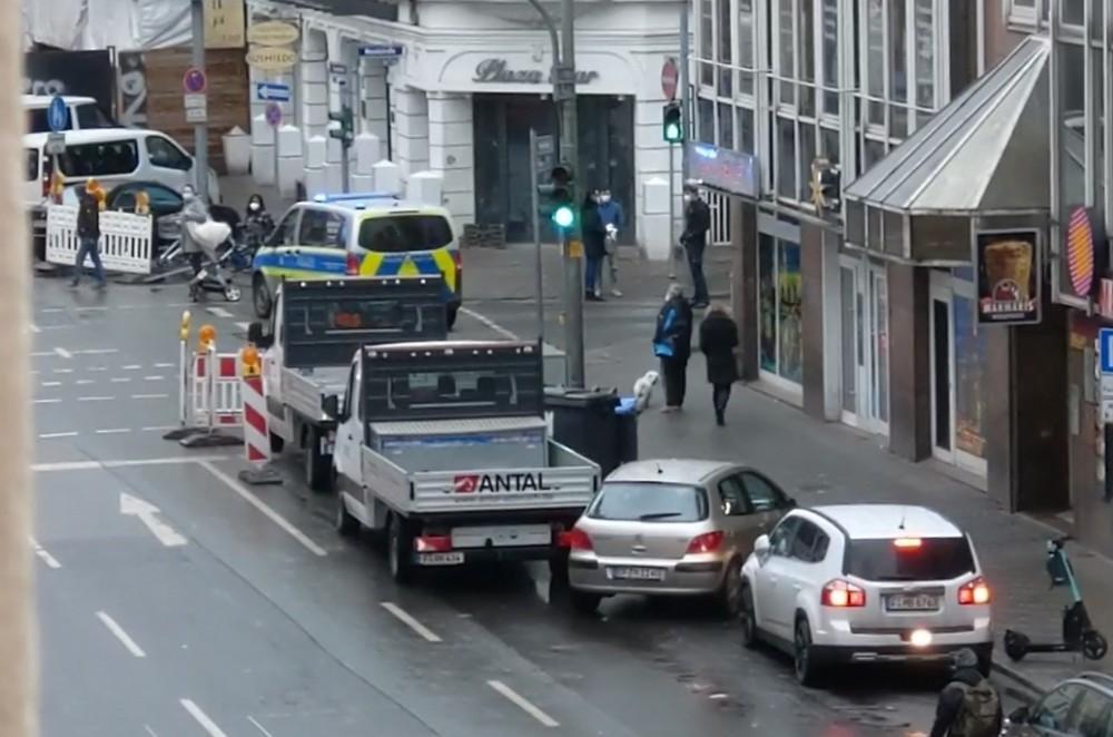 (VIDEO) NAPAD U FRANKFURTU: Muškarac nožem ozlijedio nekoliko ljudi, policija blokirala ulice