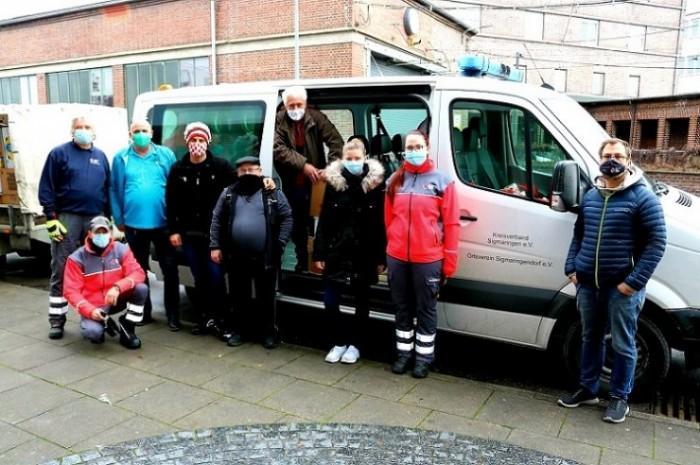 Volonterke i volonteri Crvenog križa dočekuju pomoć iz Njemačke / Foto: Fenix