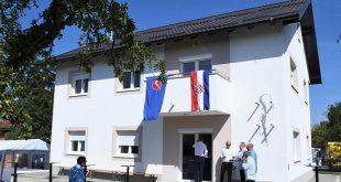 Jabukovac: Šesteročlanoj obitelji uručeni ključevi kuće nakon što je njihova uništena u potresu
